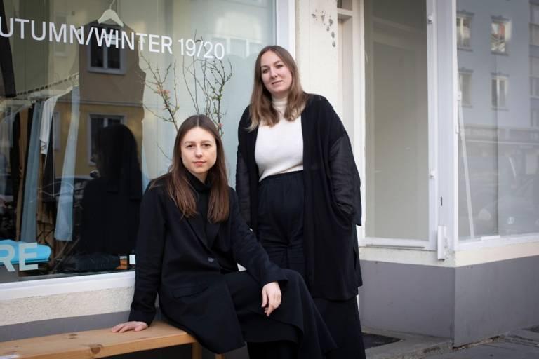 Die beiden Designerinnen Katharina Weber und Theresa Reiter von dem Label WE.RE in München