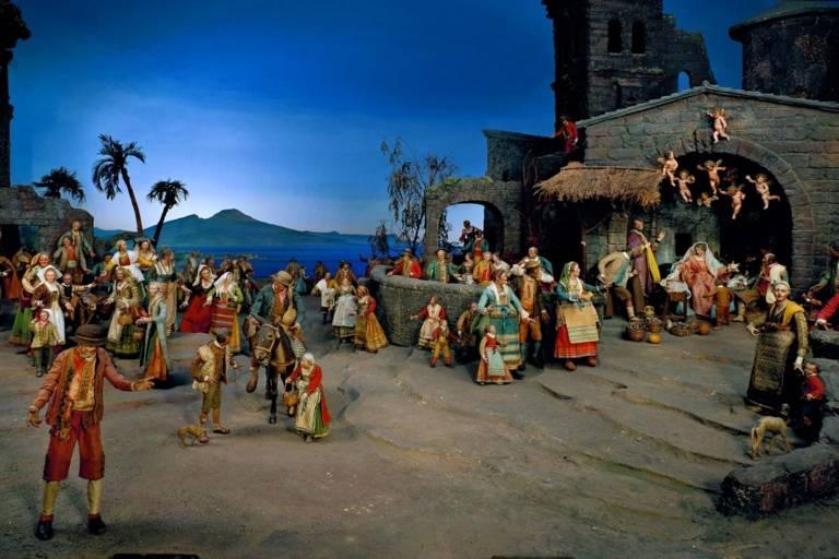 Krippenszene mit Figuren vor dem Golf von Neapel mit dem Vesuv im Hintergrund.