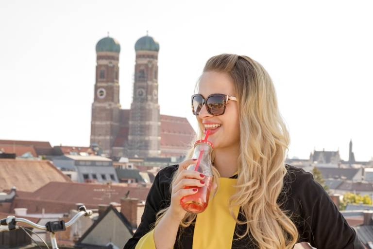 Eine trinkende Frau vor der Frauenkirche
