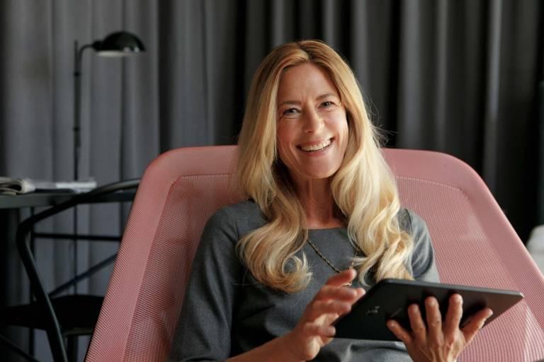 Eine Frau mit Tablet in einem Hotel in München.
