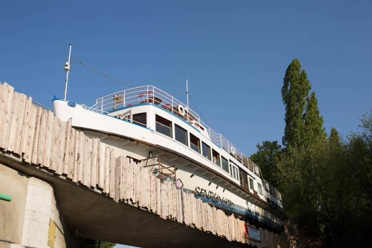 Die MS Utting auf der Sendlinger Brücke in München.