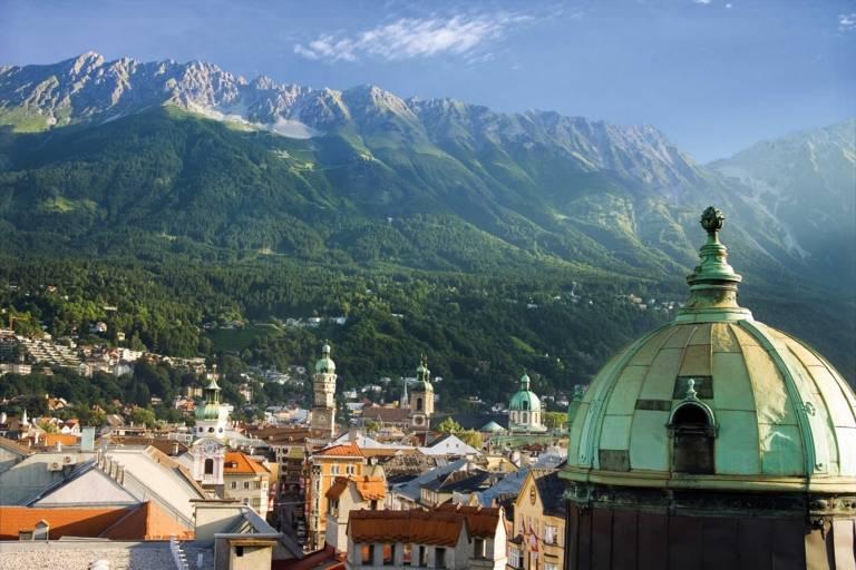 Blick über die Altstadt Innsbrucks mit den Bergen im Hintergrund.
