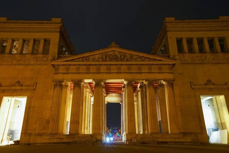 Beleuchtete Propyläen in München