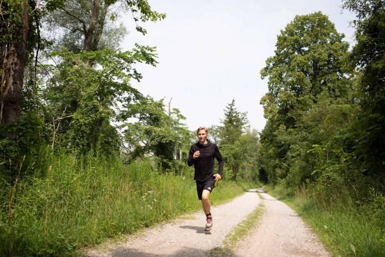 Nico Paufler joggt an der Isar in München.