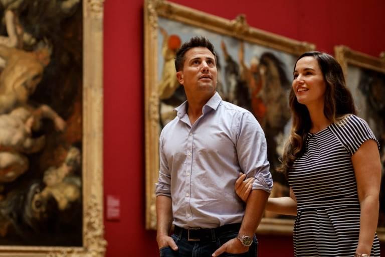 Ein Paar in der Alten Pinakothek
