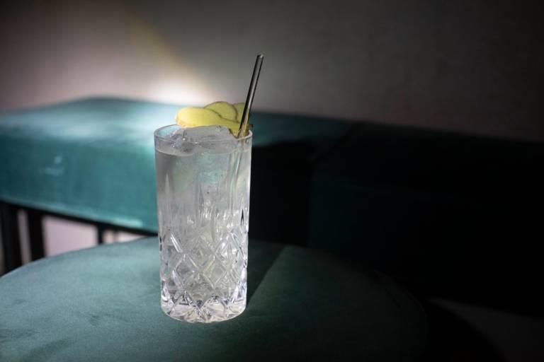 """Der Cocktail """"Basilisk"""" in der Bar The High in München."""