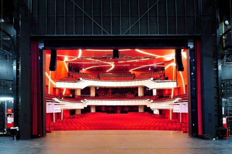Die Bühne und der Saal des Deutschen Theaters in München von der hinteren Bühne aus fotografiert.