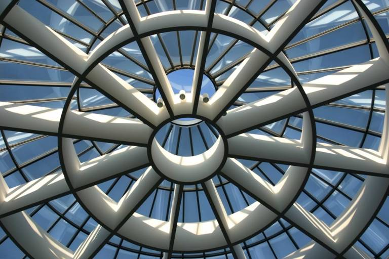 Blick hinauf zum höchsten Punkt der Lichtkuppel der Rotunde in der Pinakothek der Moderne.