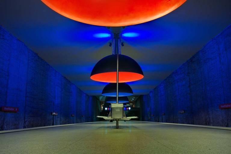 Lampen in der U-Bahn-Station Westfriedhof in München.