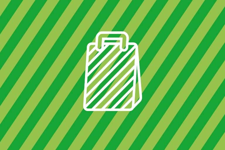 Tasche auf grünem Hintergrund
