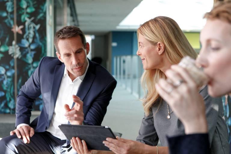 Ein Mann und zwei Frauen im Business-Gespräch.