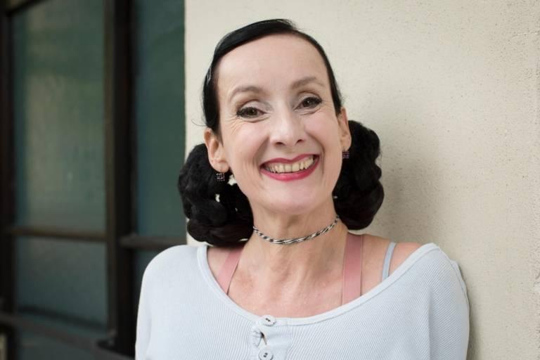 Schauspielerin Viola von der Burg lehnt an einem Haus in München.