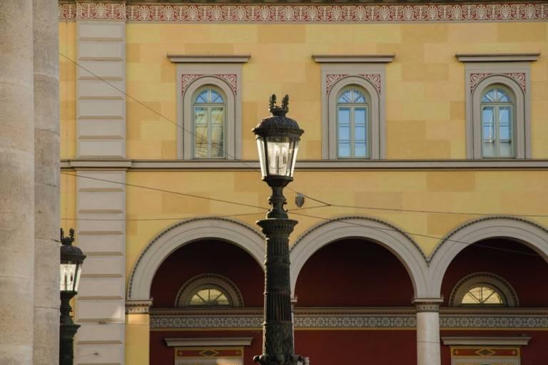 Das Residenzpost-Palais an der Oper am Max-Joseph-Platz in München.