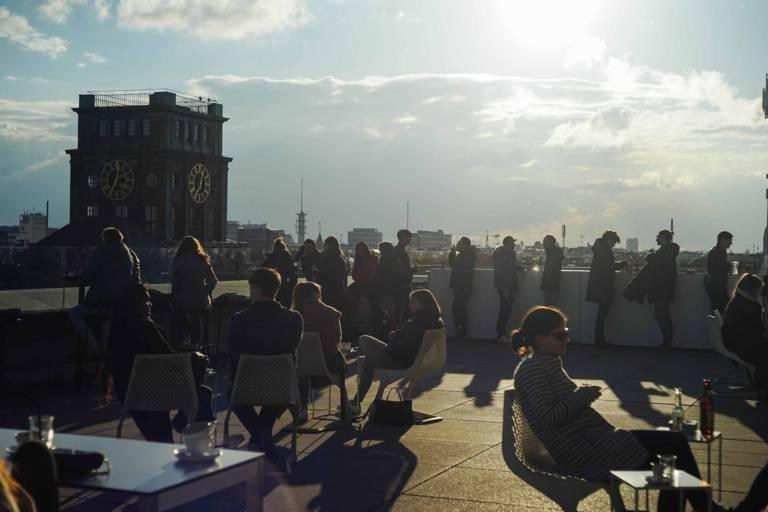 Dachterrasse im Sonnenschein in München