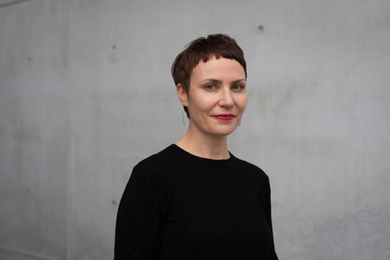 Die Kuratorin Judith Csiki vor der Pinakothek der Moderne in München.