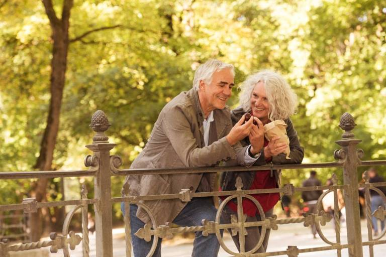Ein älteres Paar isst Maronen im Englischen Garten in München.
