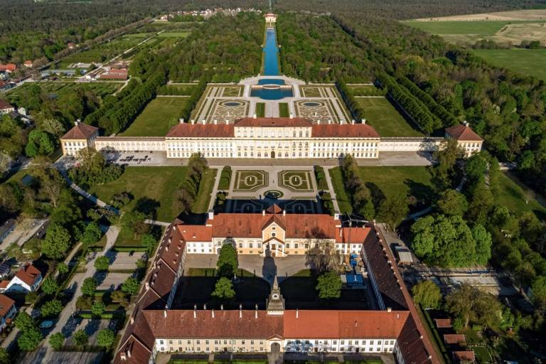 Die Schlossanlage in Schleißheim in der Nähe von München aus der Luft fotografiert.