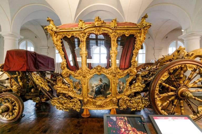 Die goldene Kutsche von König Ludwig im Marstallmuseum in München.