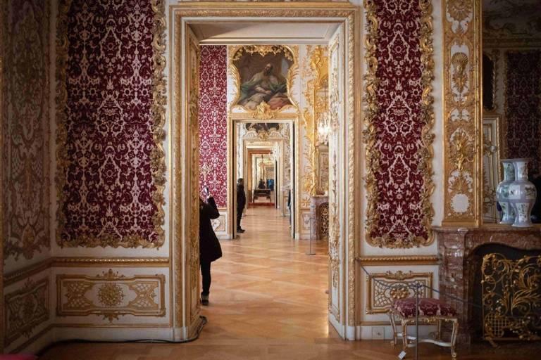 Reiche Zimmer mit Wandbespannungen und Stuckaturen in der Residenz in München.