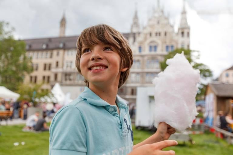 Ein Junge mit Zuckerwatte in der Hand beim Stadtgründungsfest am Marienhof in München.