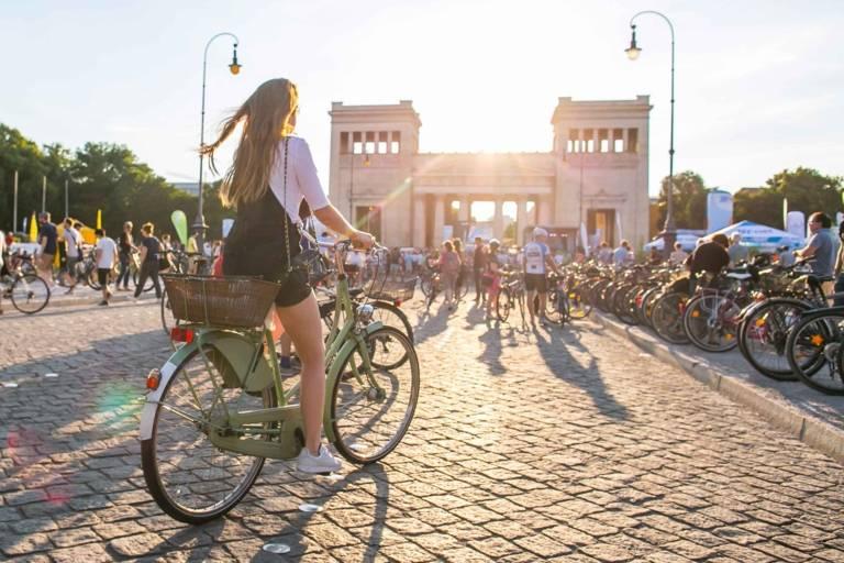 Fahrradfahrer am Königsplatz in der Radlhauptstadt München.