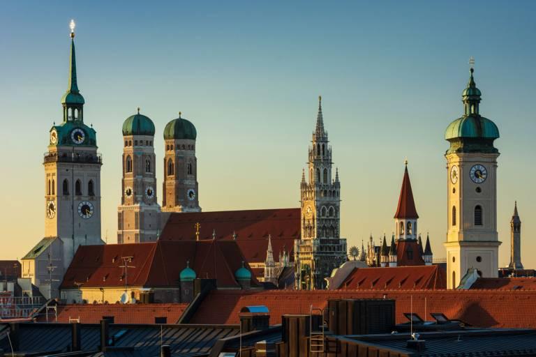 Alter Peter, Frauenkirche und Neues Rathaus: die Münchner Skyline im Abendlicht.