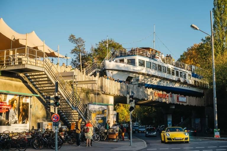 Das Schiff Alte Utting auf einer Brücke in München