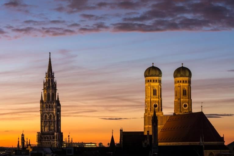 Panorama der Frauenkirche mit dem Turm des Neuen Rathauses in München.