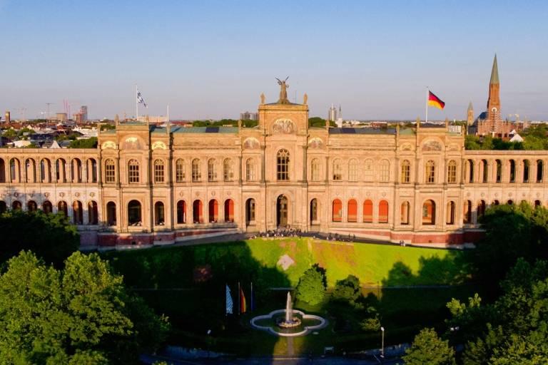 Das Maximilianeum am Isar-Hochufer beherbergt Minister und hochbegabte Student*innen unter einem Dach.