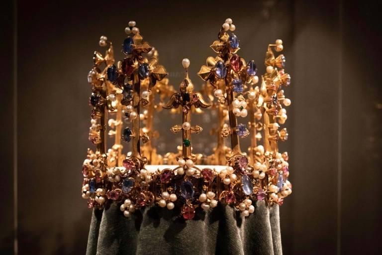 Goldene Krone mit unzähligen Schmucksteinen und Perlen in der Residenz in München.