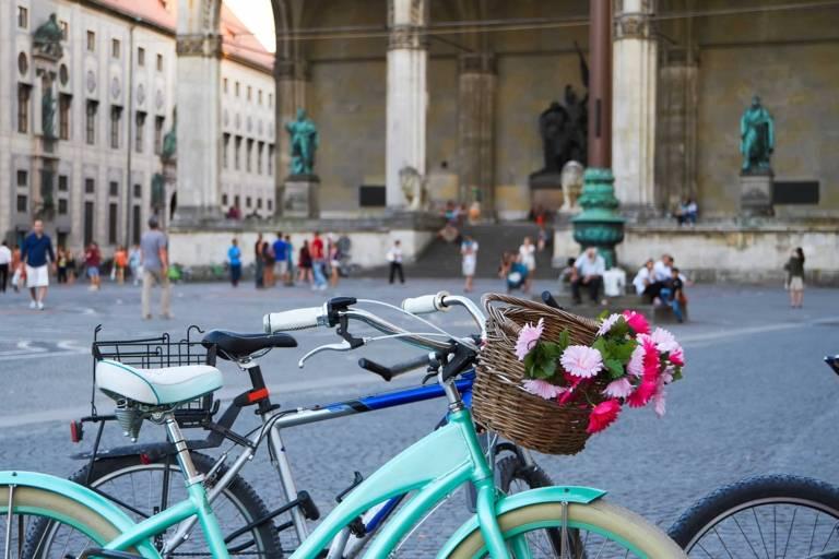 Ein Fahrrad steht auf dem Odeonsplatz in München.
