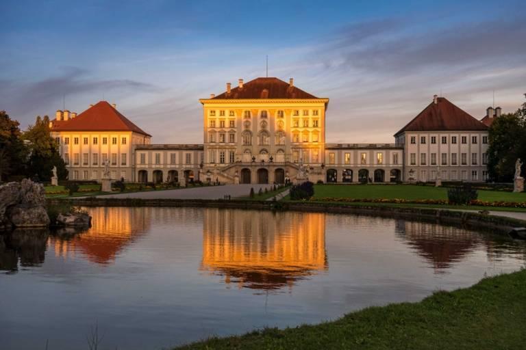 Das Schloss Nymphenburg in München im Abendlicht.