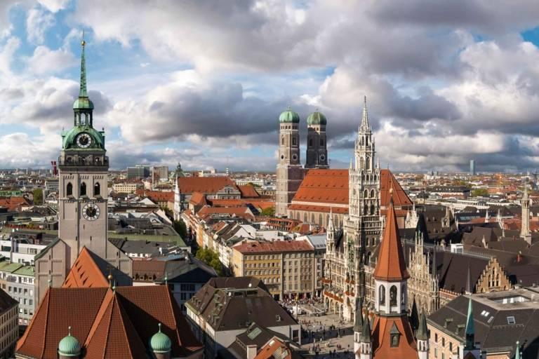 Panorama der Innenstadt in München mit Altem Peter, Neuem Rathaus und Frauenkirche.