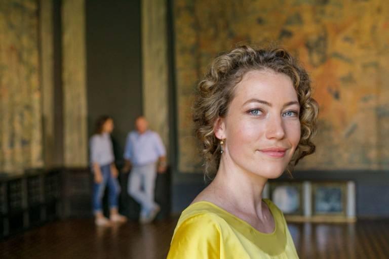 Portrait einer Frau mit Locken in der Villa Stuck in München.