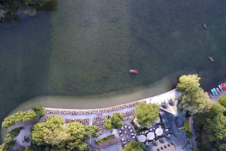 Der Kleinhesseloher See im Englischen Garten von oben mit der Drohne fotografiert.