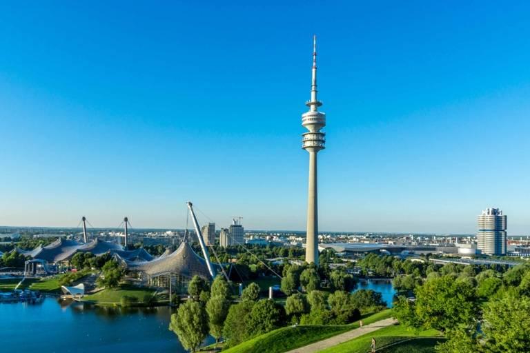 Der Olympiapark mit Olympiasee und Olympiaturm in München.