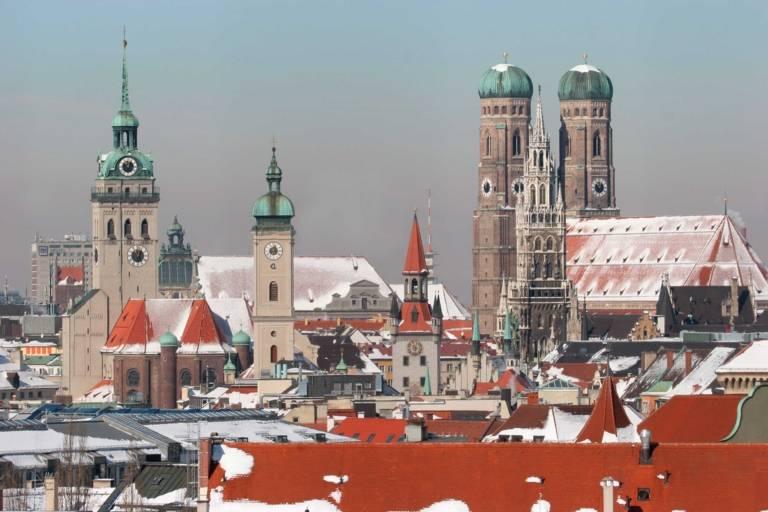 Panorama von München mit Frauenkirche und Neuem Rathaus im Winter.