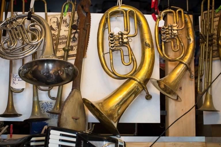 Horn in einem Musikgeschäft in München.