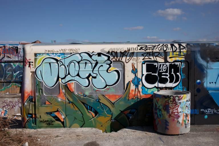 Ein stillgelegter U-Bahn-Wagen voll mit Graffiti steht im Schlachthofviertel