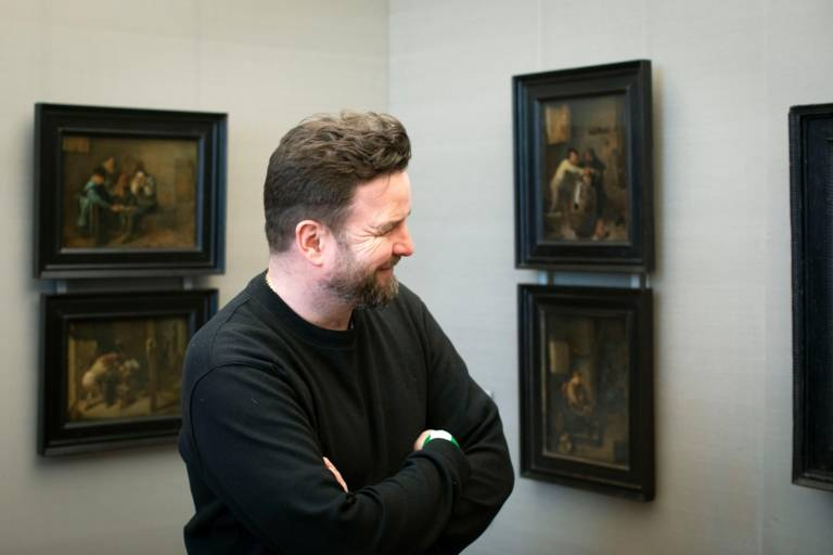 Ein Mann schaut sich Gemälde an in der Alten Pinakothek in München