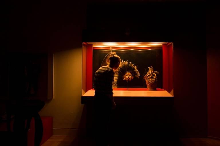 Frau steht vor einer Vitrine im Museum Fünf Kontinente in München.