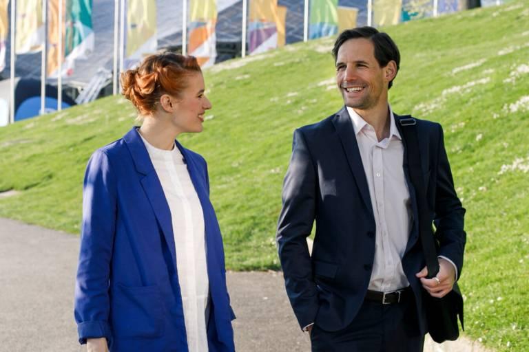 Eine Frau und ein Mann im Gespräch im Olympiapark