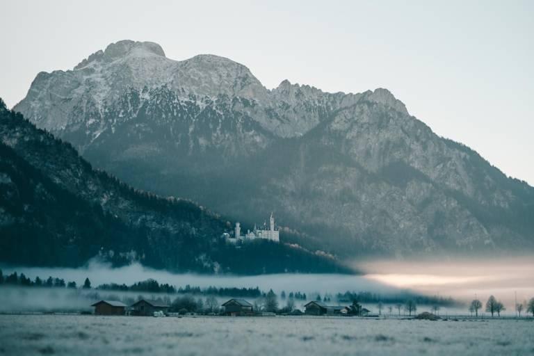 Schloss Neuschwanstein bei Nebel im Umland von München.