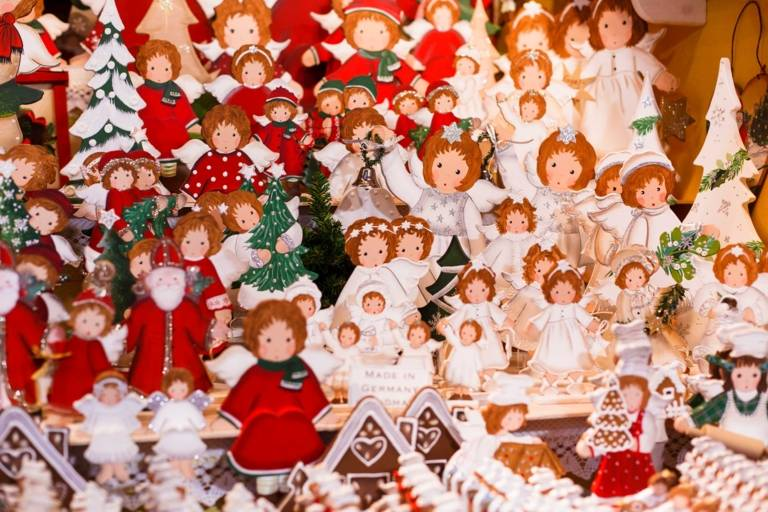 Weihnachtsschmuck an einem Stand auf dem Christkindlmarkt in München.