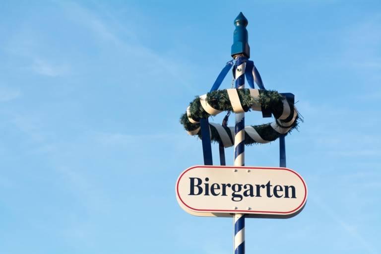Das Schild eines Biergartens in München.
