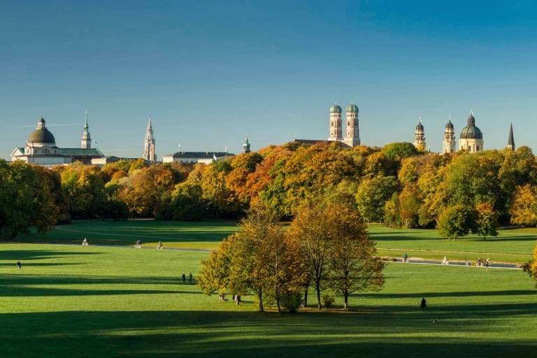 Der Englische Garten in München mit Stadt-Panorama.