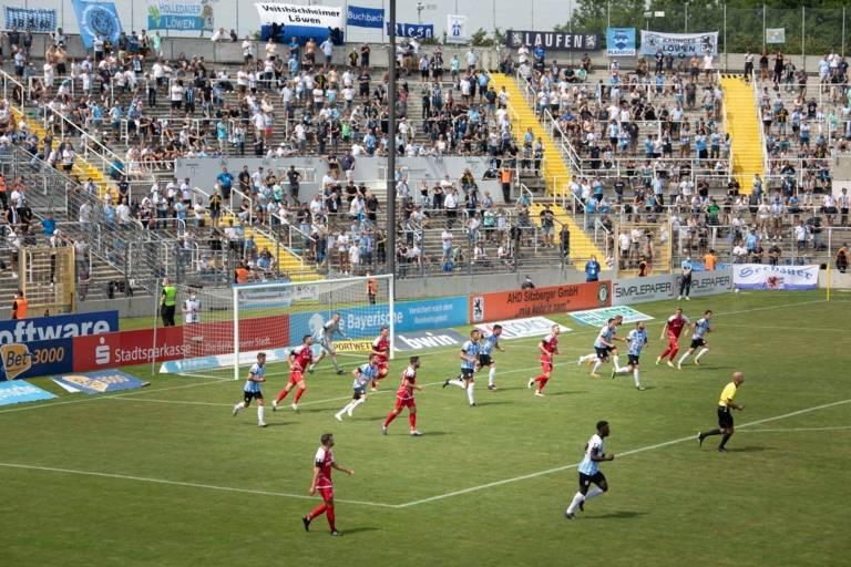 Spieler des TSV 1860 München und der Würzburger Kicker spielen im Grünwalder Stadion Fußball.