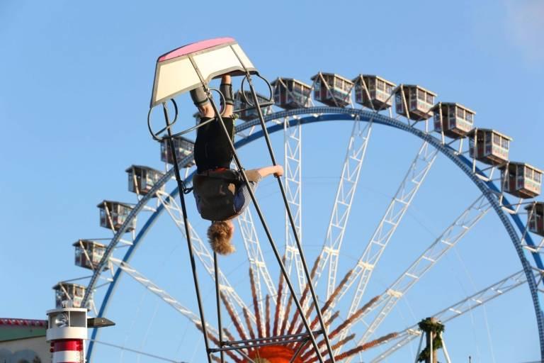 Schiffschaukel und Riesenrad auf dem Oktoberfest in München.