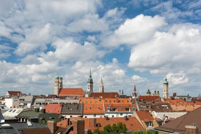 Panorama der Münchner Altstadt mit den Türmen von Neuem Rathaus, Frauenkirche und Altem Peter.