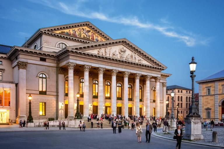 Bayerische Staatsoper - Nationaltheater am Abend in München.